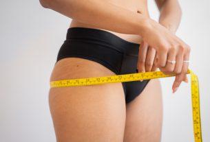 En la imagen esta la silueta de una mujer midiendo el contorno de sus caderas. ¡A recuperar la firmeza y volumen de tu busto y glúteos!