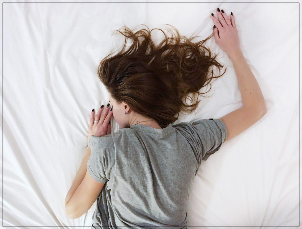 Estos hábitos saludables serán tus favoritos. Imagen mujer durmiendo