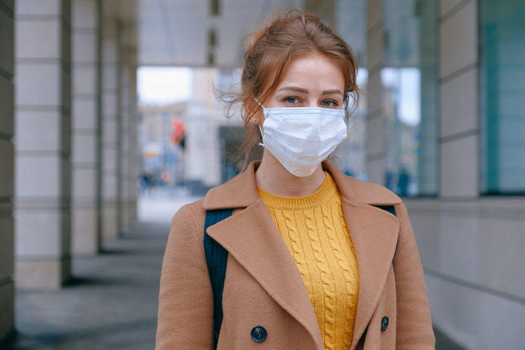 Cosas inútiles que seguimos haciendo en pandemia. Imagen mujer con tapabocas